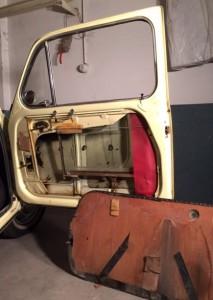 Desarmando la puerta para arreglar el agua que entra