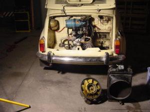 Radiador y bomba de agua desmontadas y en el suelo